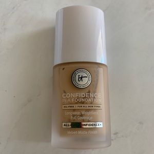 it cosmetics Makeup - Confidence in a Foundation - Medium Sand 210